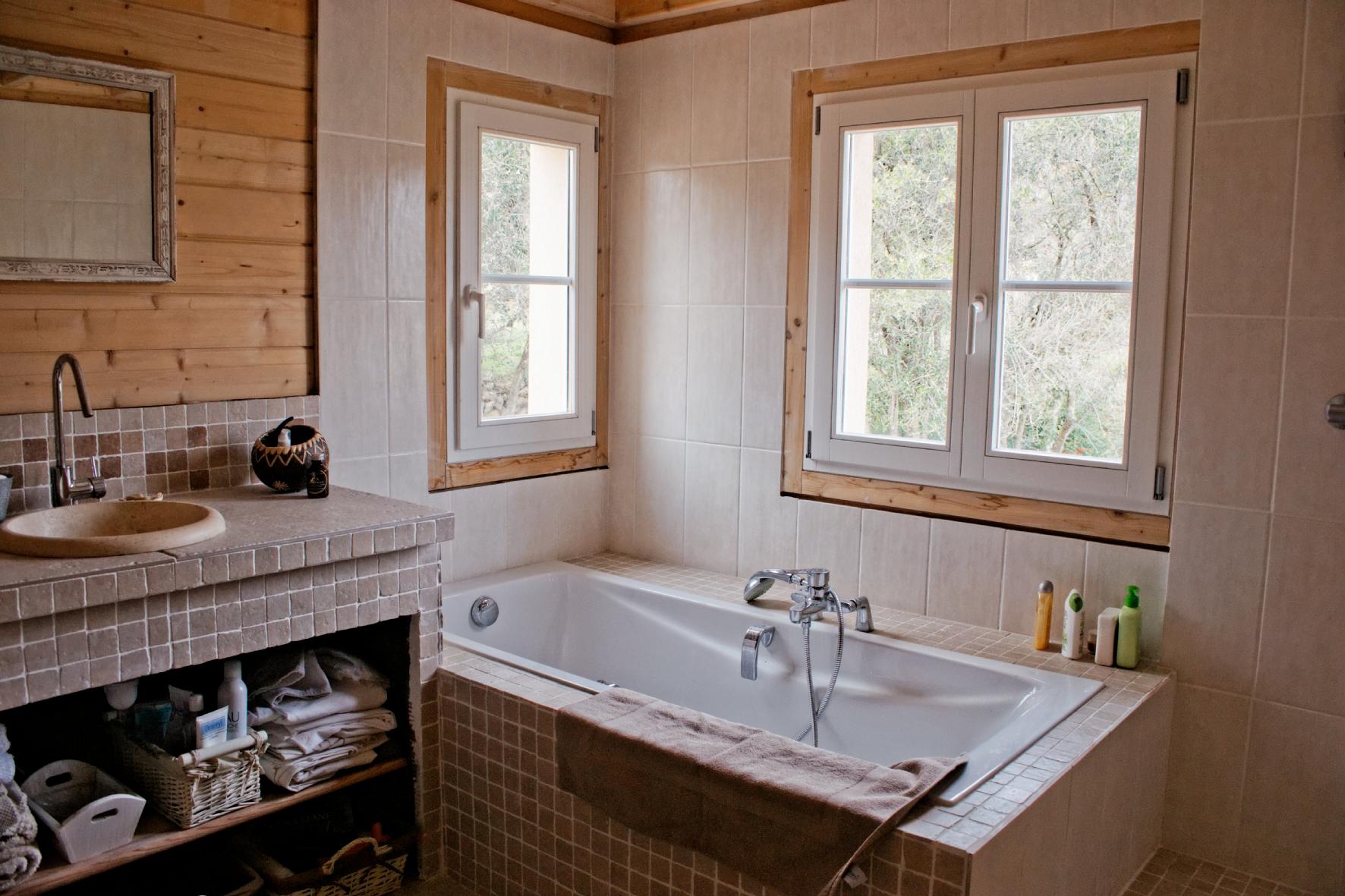 Mouans sartoux maison bois c t sud - Cacher des tuyaux dans une salle de bain ...