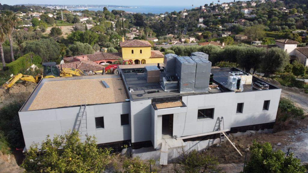 Mise en place de l'étanchéité de la toiture terrasse d'une maison en ossature bois