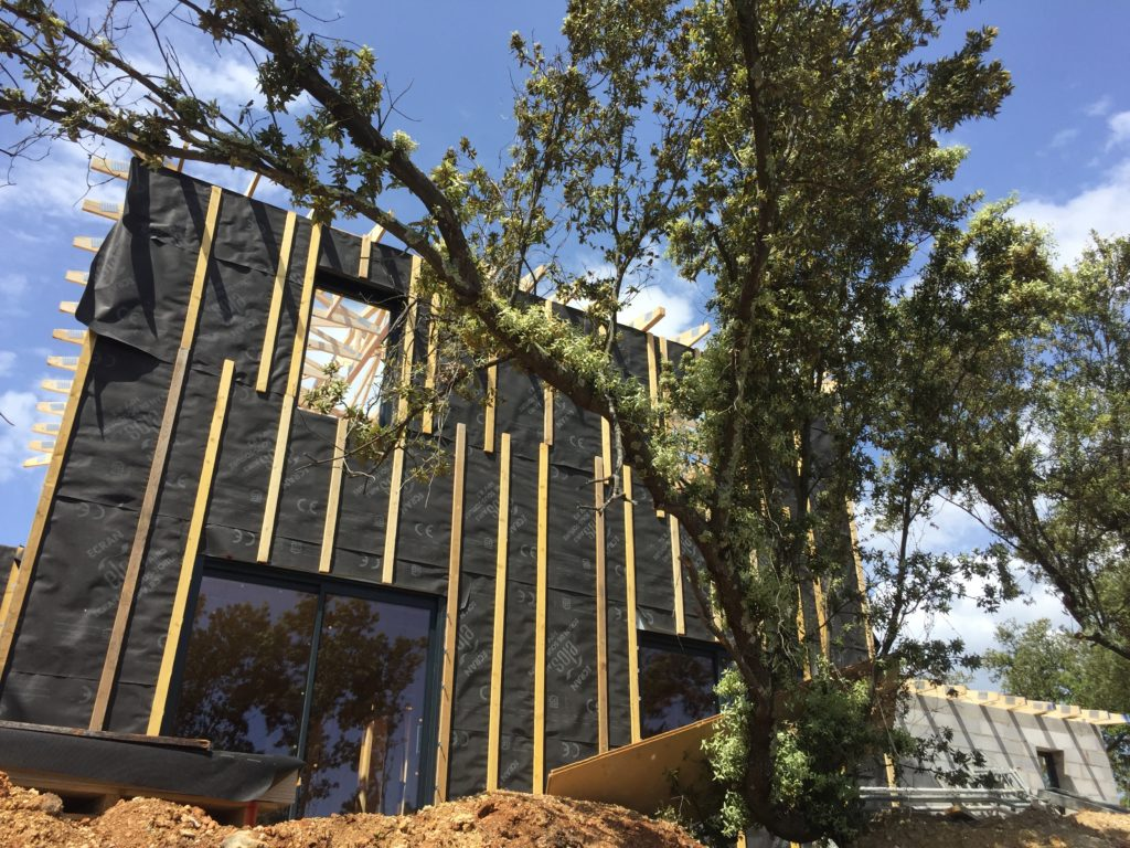 Mise en place d'un pare pluie et linteaux sur une maison en ossature bois